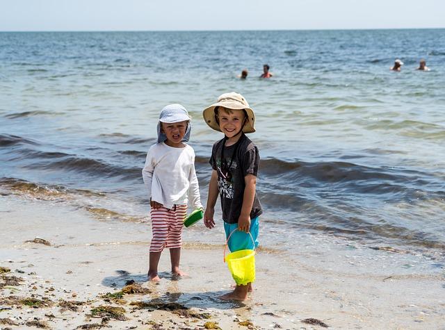 chlapci na pláži