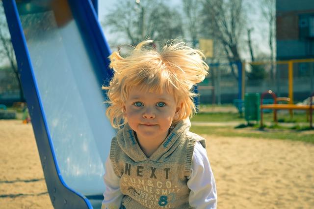 dítě u klouzačky