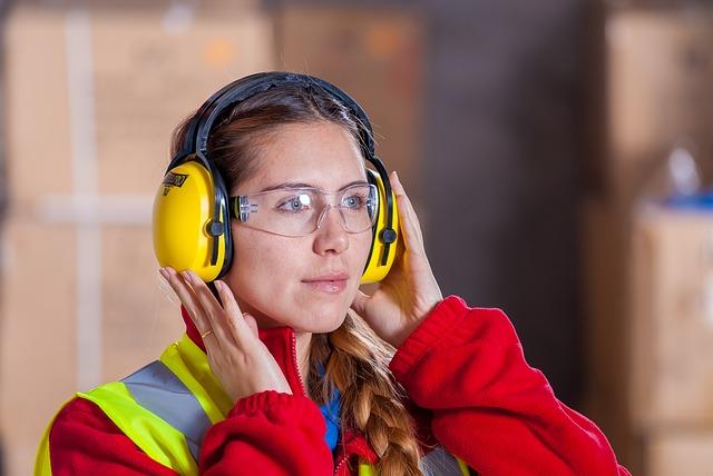 dělník, žena, ochranné brýle a sluchátka