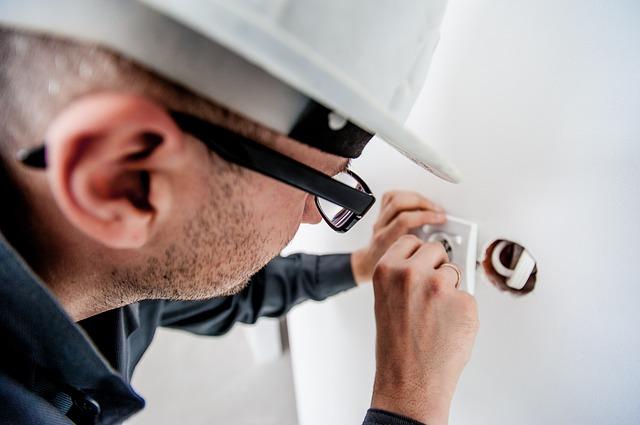 muž, elektrikář, brýle, čepice