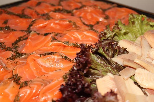 kousky ryb, salát