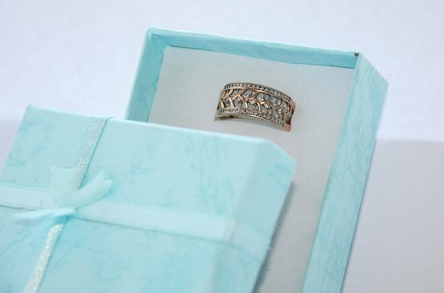 prsten s kamínky, modrá krabička
