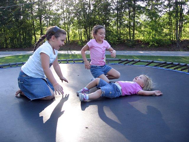 tři holčičky, trampolína, venek