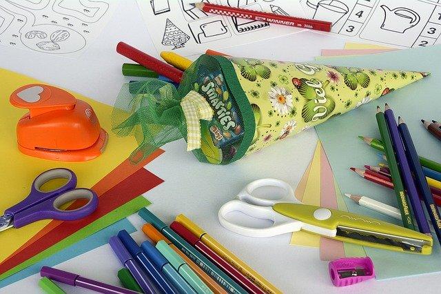 kornout, nůžky, pastelky, papíry