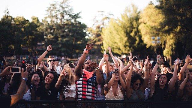 fanoušci na festivalu.jpg