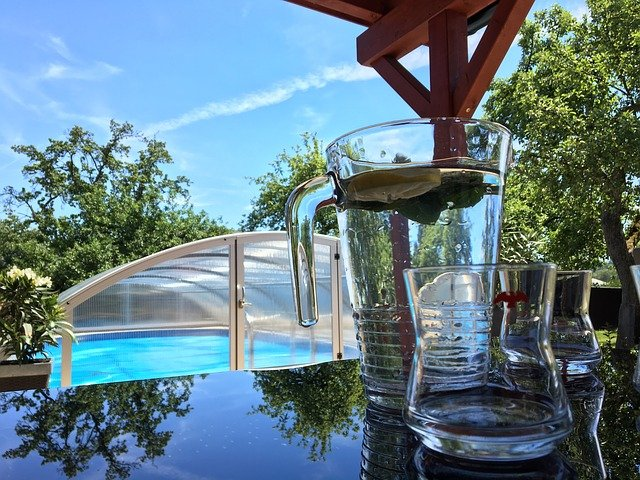 nápoje u bazénu